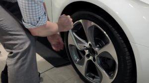 sacar-tornillos-rueda-de-coche-1024x574